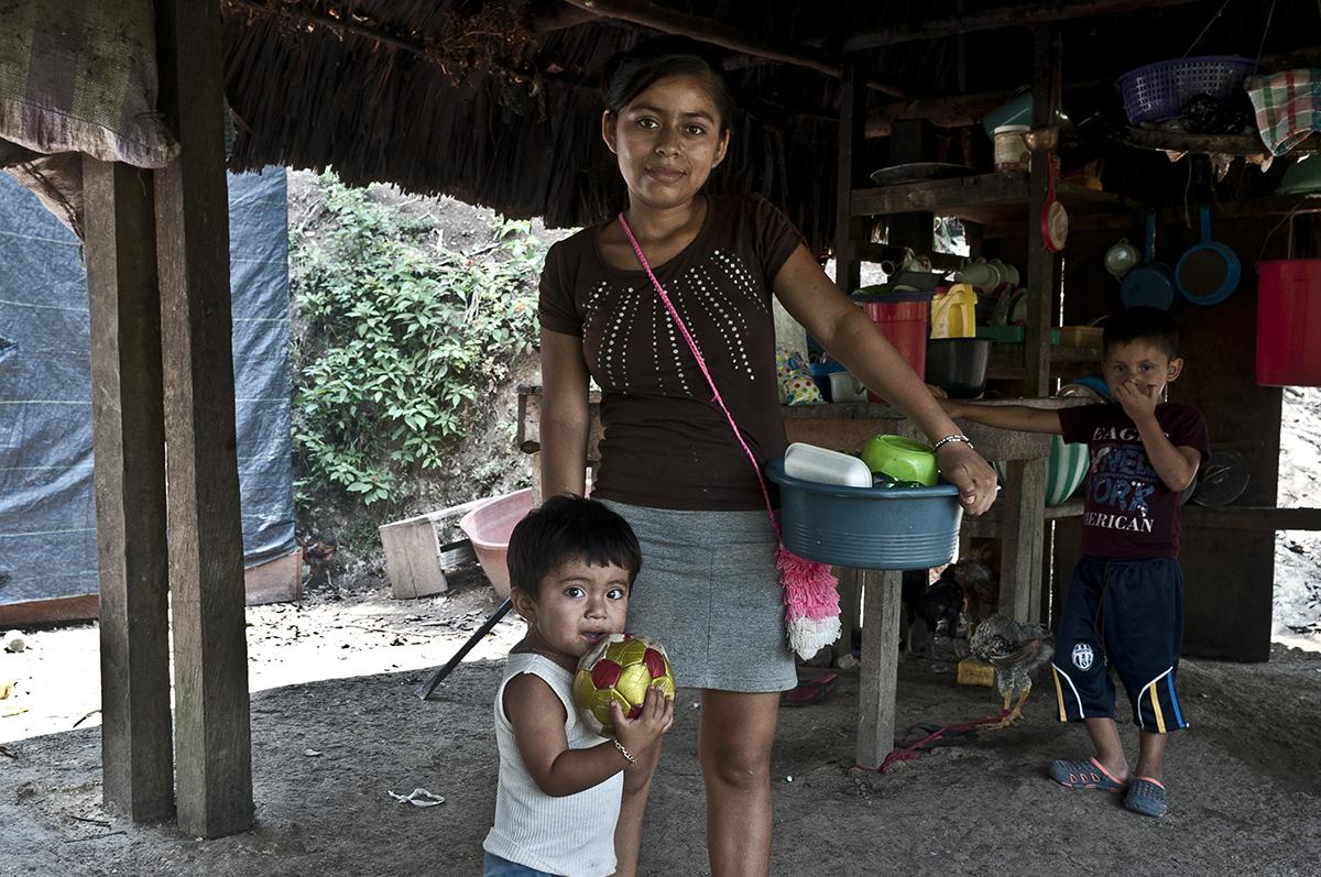 María Zacarías, 16, es vendedora de empanadas, rellenitos y enchiladas en la escuela de San José Las Flores de Chiquibul, trabajo al que le suele acompañar Kevin, su hijo.