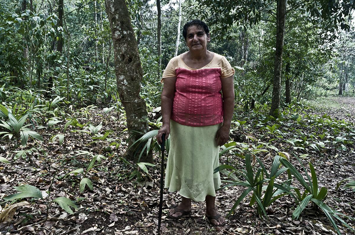 Reina Medrano, 58, es de la costa sur, aunque lleva 40 años en Petén. Trabaja la agricultura y cuida su casa y a algunos de sus diez hijos que todavía viven con ella