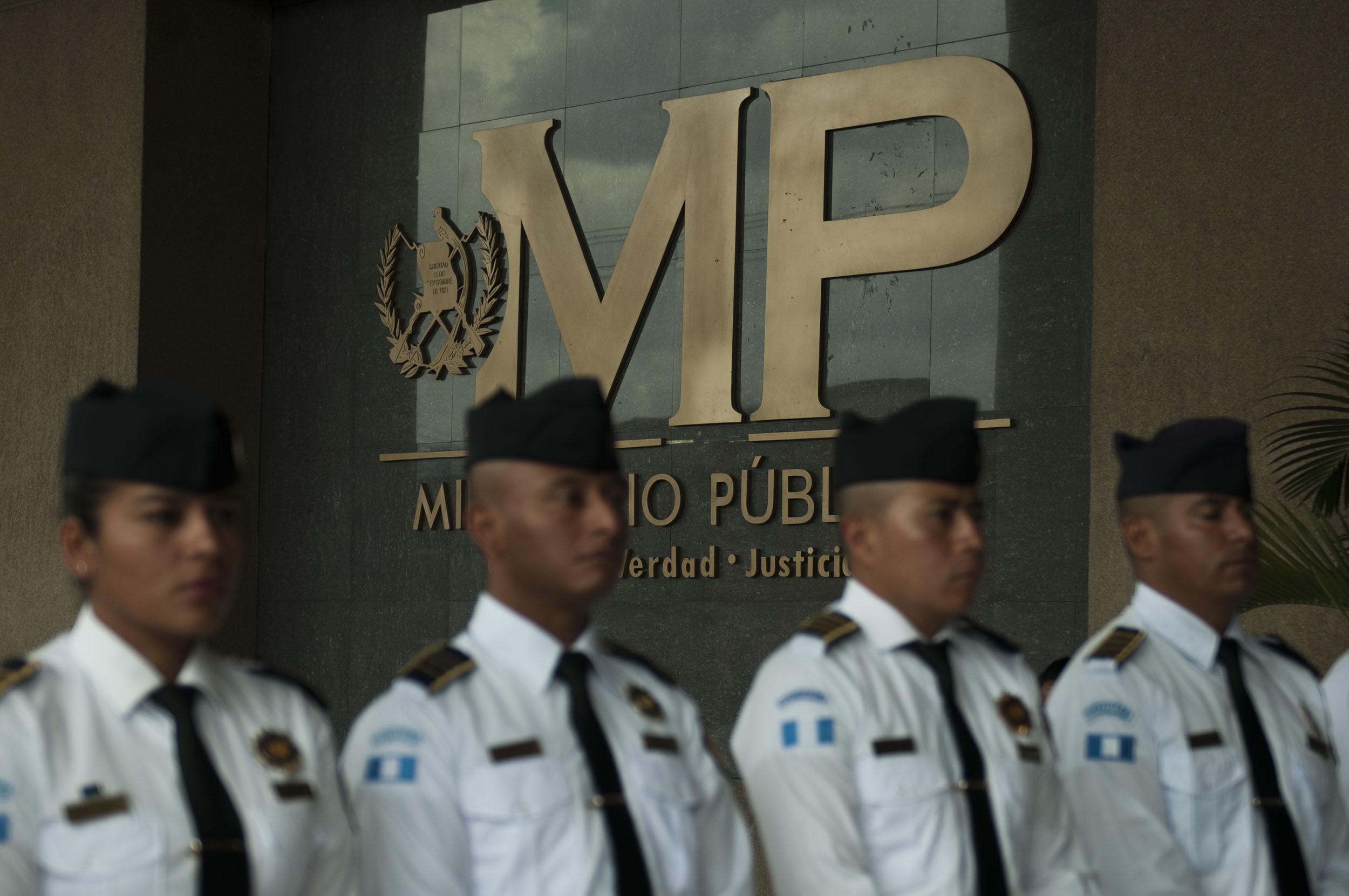 Agentes de seguridad del MP hacen una valla en el ingreso principal del edificio.