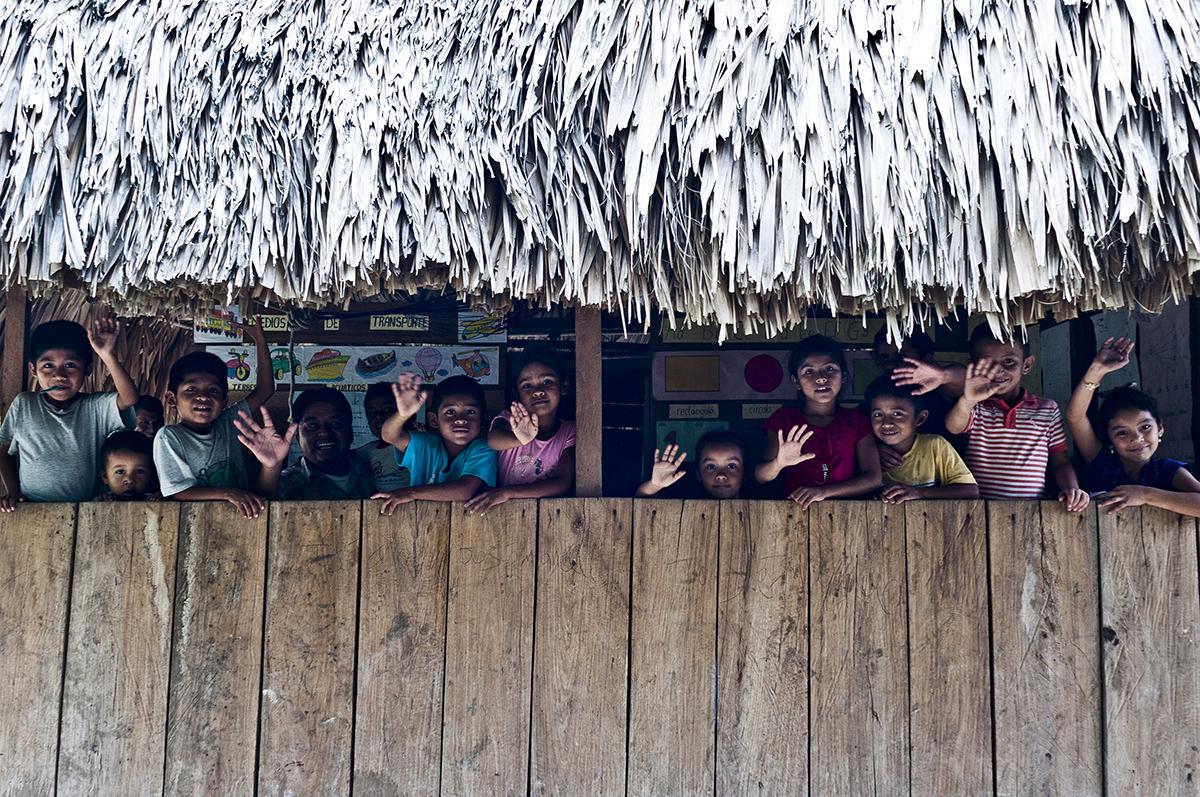 Estudiantes de la escuela primaria San José Las Flores de Chiquibul, en Dolores, Petén, envían un divertido saludo para los lectores de Plaza Pública por el día del trabajo