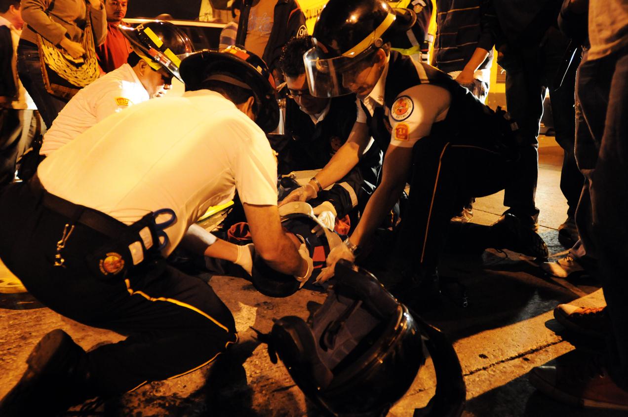 Bomberos Voluntarios inmovilizan a un motorista que se accidentó en la 18 calle de la zona 1.