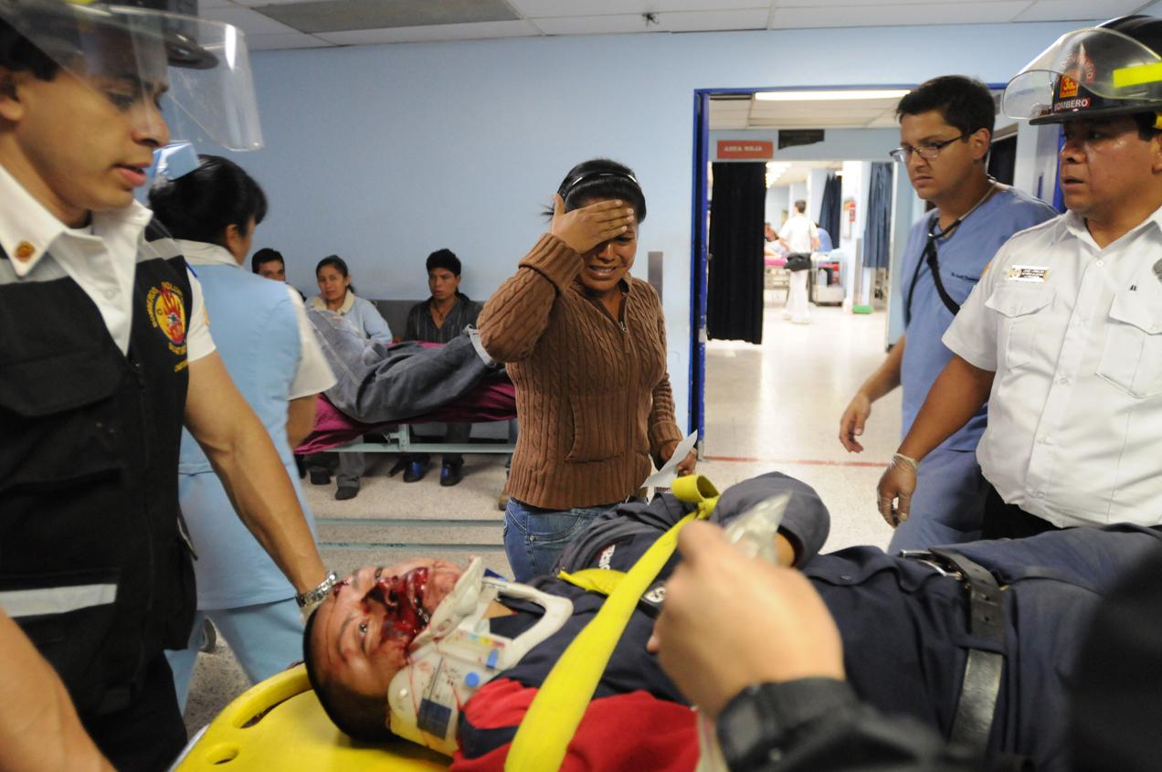 La esposa de un hombre herido en un accidente de tránsito se sorprende de verlo herido.