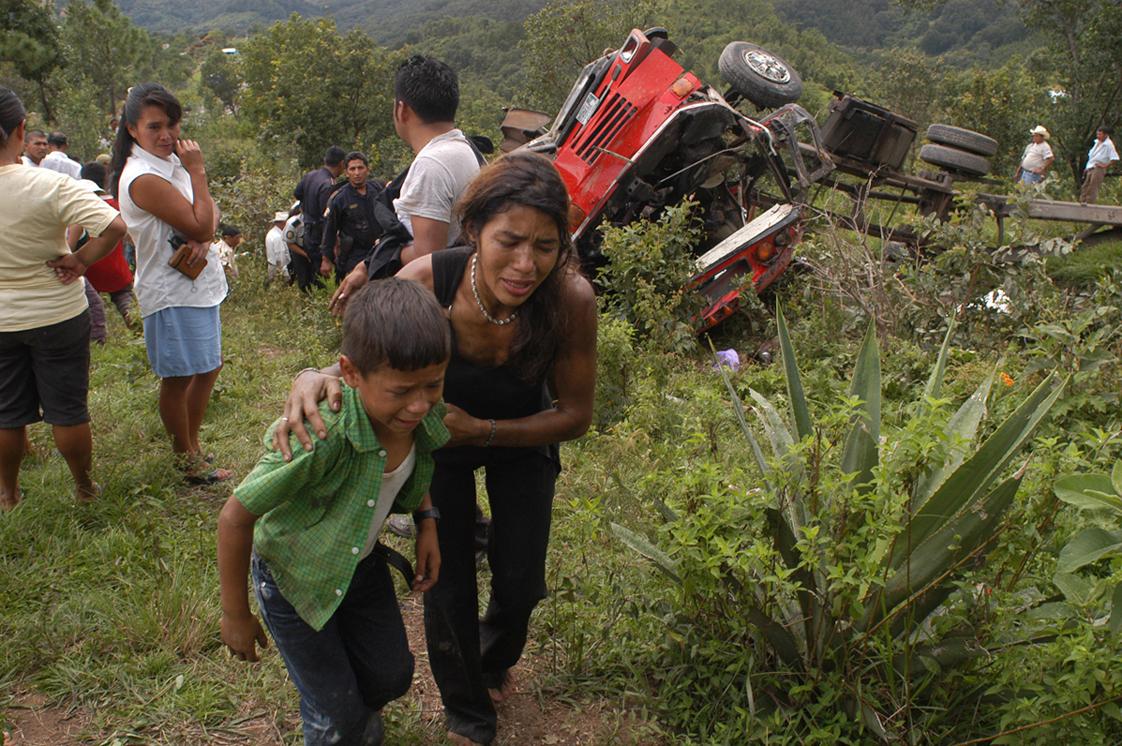 Una madre y su hijo salen heridos del accidente que sufrió el autobús en el que viajaban.