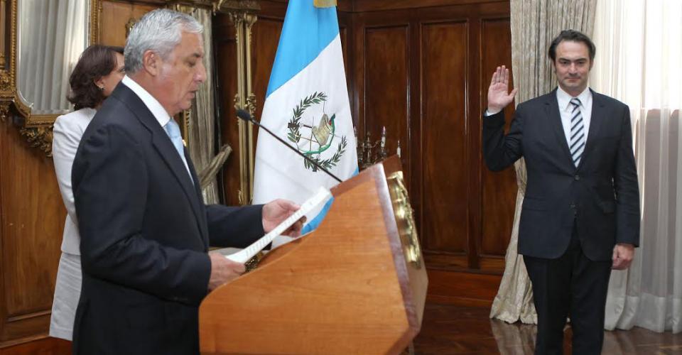 Otto Pérez Molina, presidente de Guatemala, juramenta a Acisclo Valladares Urruela como Comisionado Presidencial para la Competitividad.