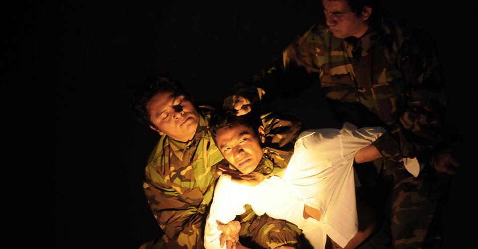 """Integrantes de Iqui Balam presentaban, en marzo de 2011, la obra de teatro """"La Ronda de la Verdad"""" que relataba la violencia que sufrió Guatemala durante el conflicto armado."""