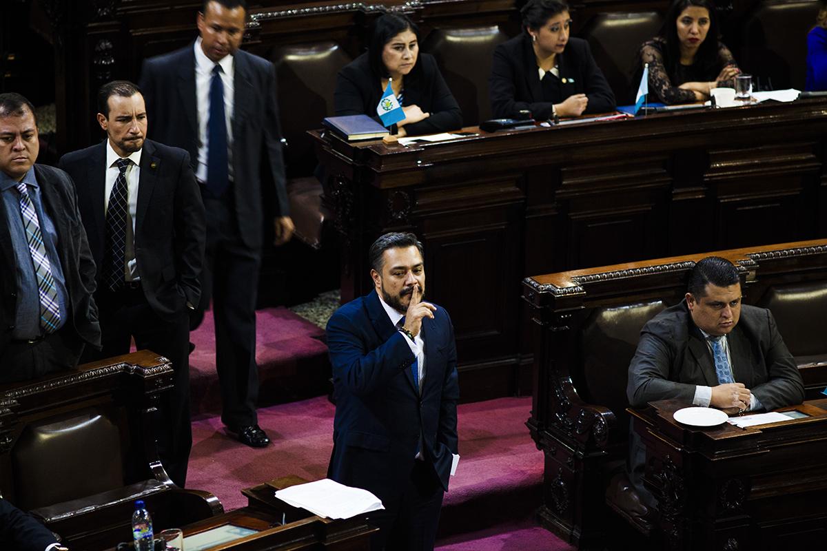 Javier Hernández, jefe de bancada del partido oficial, manda callar durante la sesión del en la que se discutía si retirarle la inmunidad al presidente Jimmy Morales