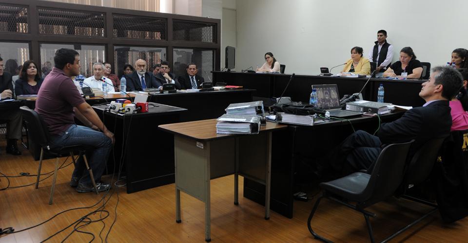 """Otto Molina Stalling, hijo de la magistrada Blanca Stalling, ante la jueza sexta, Silvia de León. El nombre de la juzgadora aparece en el listado de los """"jueces de la impunidad"""" presentado por la Cicig."""