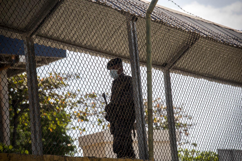 Un soldado usa mascarilla para protegerse del contagio del COVID19 mientras vigila el puente fronterizo de Tecún Umán.