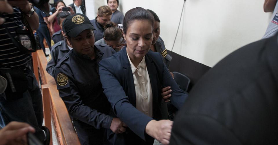 Roxana Baldetti es traslada por agentes del sistema penitenciario al cuartel Matamoros.