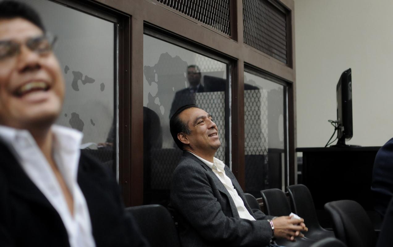 Ricardo Arturo García López  y Óscar Ortiz Solares sonríen luego de escuchar la decisión de los jueces.