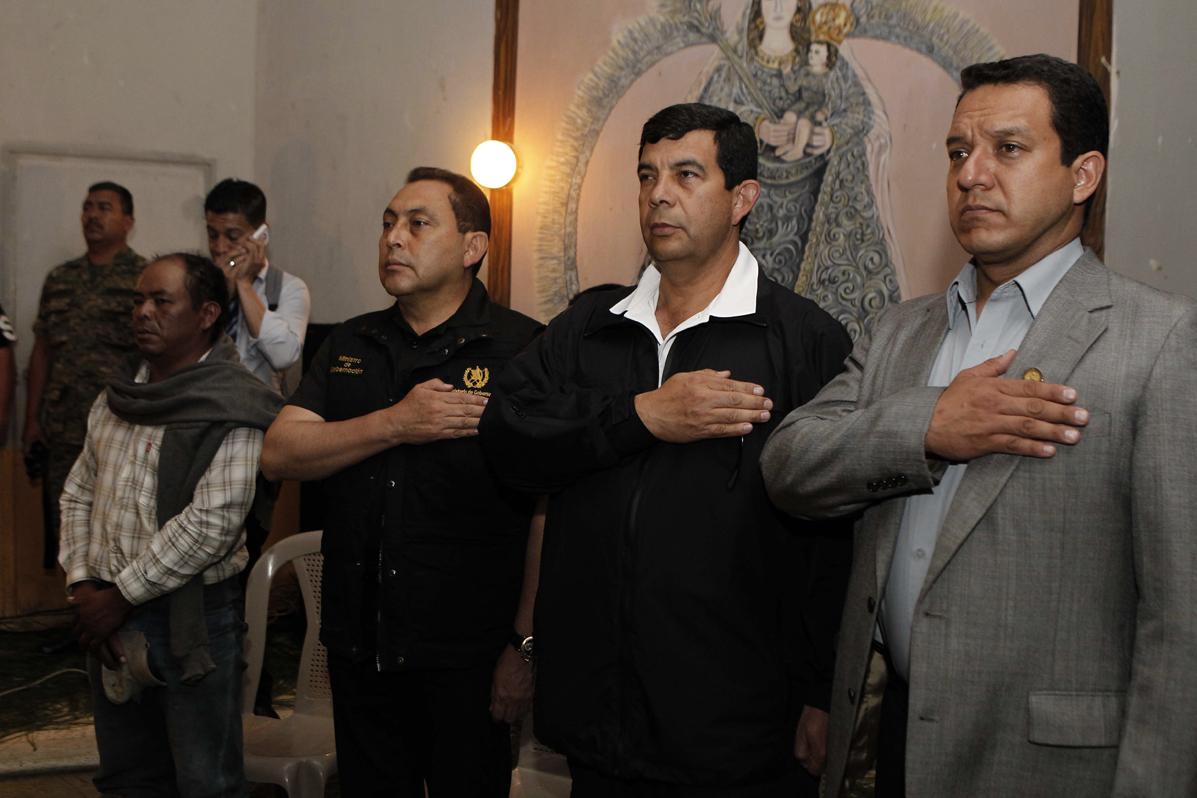 El Ministro de Gobernación Mauricio López Bonilla (izquierda), en el funeral de Soria, dijo que detrás de los incidentes hay un movimiento guerrillero.