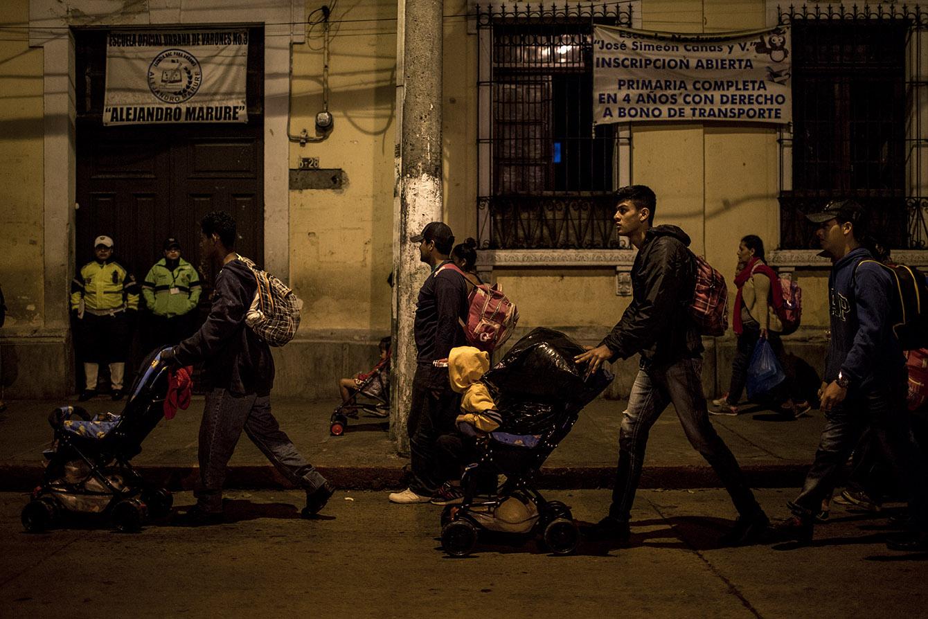 El paso de los migrantes es observado por dos Policías Municipales
