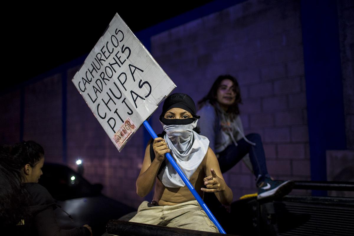 Muchos de los manifestantes marcharon con los rostros tapados para protegerse de los controles de la policía,  según  ellos,  aliada al partido de gobierno e involucrada en una campaña de represión en contra de los inconformes