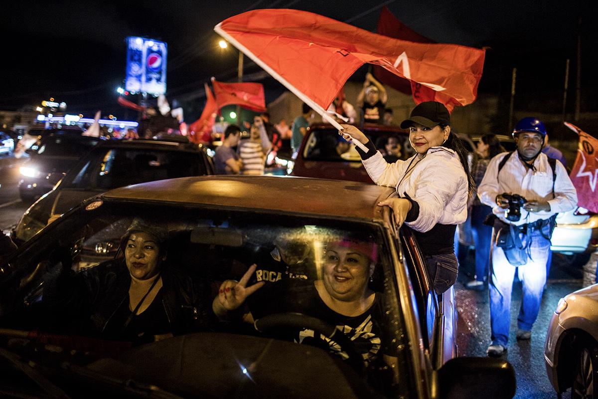Cinthya  Palencia,  junto  con  otras  compañeras,  toman  parte  en  la  caravana,    en    el  boulevard  Kuwait.