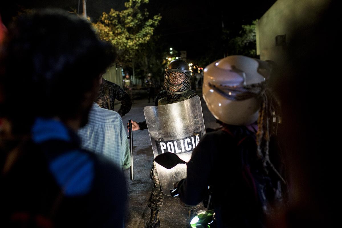 Frente  a  edificios  estratégicos,  tal  como  el  Estado  Mayor,  fuerzas  p  oliciales  y    del  ejército  custodiaban  las  entradas,  enfrentándose  a  los  manifestantes  ,  pero  sin    recurrir  al  uso  de  las  armas.