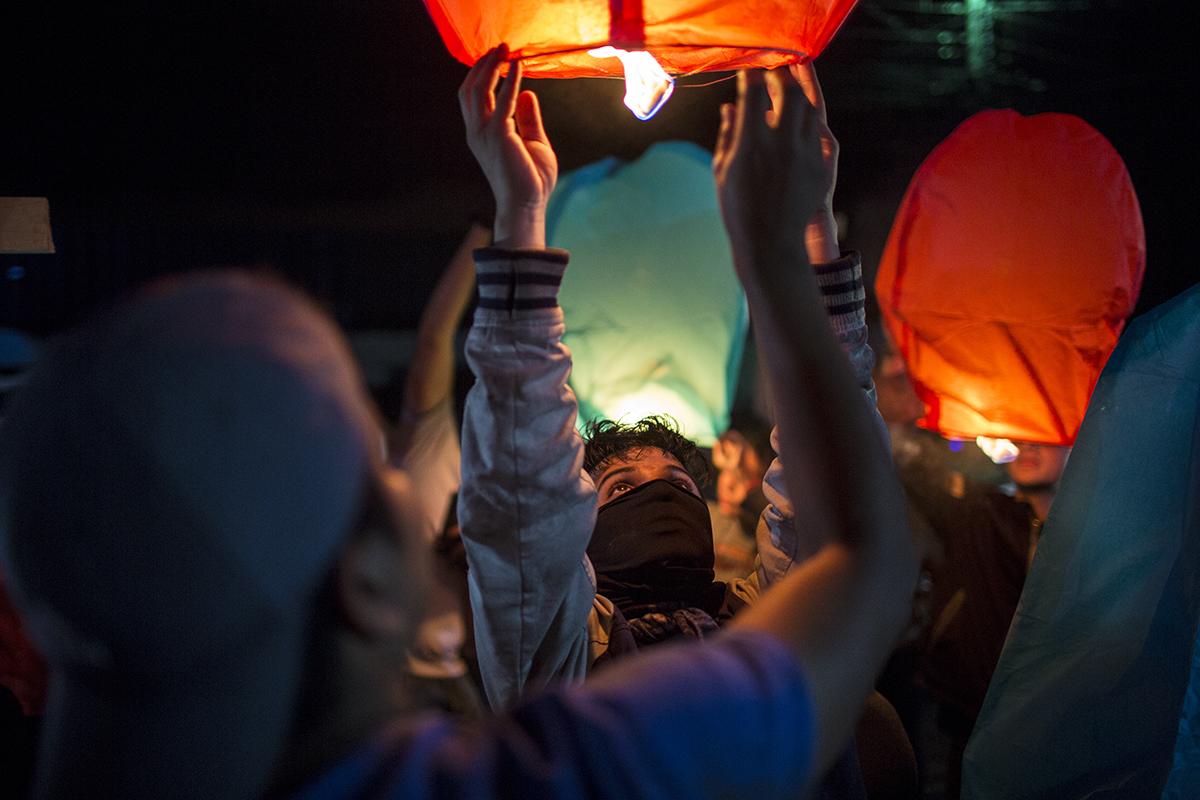 Al  cierre  de  la  manifestación  fueron  encendidas  varias  lámparas  flota  ntes    que  se  perdieron  en  la  obscuridad  de  la  noche  de  Tegucigalpa.