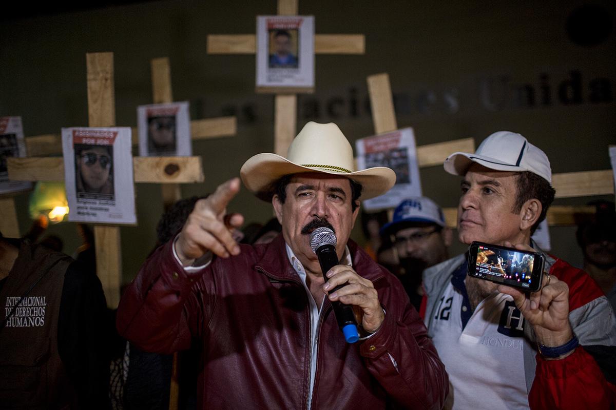 Mel  Zelaya,  deus  ex  máquina  de  la  Alianza  de  Oposición  Contra  la  Dictadur  a,    toma  la  palabra  durante  el  cierre  de  la  caravana,  crítico  con  las  instituciones  internacionales  que no aceptan diálogo con la oposición  hondureña.