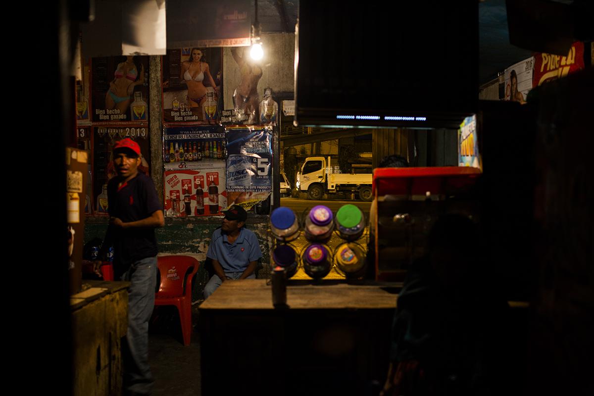 Cantina en horario nocturno frente al tráfico de la carretera principal.