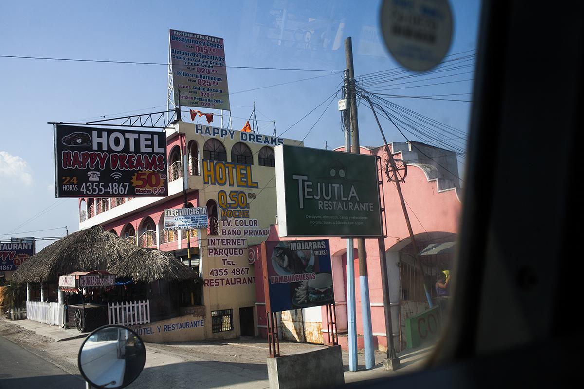Negocios hoteleros en las afueras del pueblo.