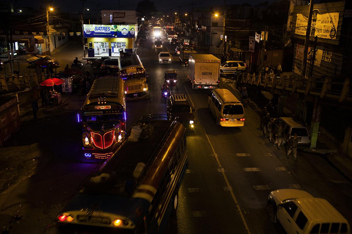 Tráfico en Chimaltenango por la noche.