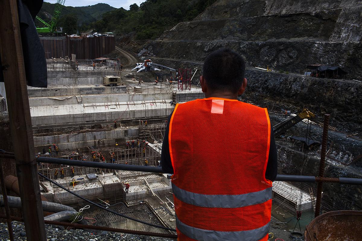 Los comunitarios de las aldeas alrededor del proyecto hidroeléctrico son empleados por la empresa como mano de obra no especializada.