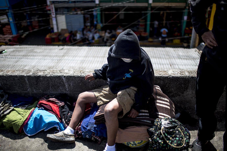 Ismael Mejillas, 15, es uno de los vagabundos que viven en la calle, entre el mercado de la Terminal y la avenida Atanasio Tzul. A pesar de todas las restricciones impuestas, él no tiene una casa dónde quedarse. Simone Dalmasso