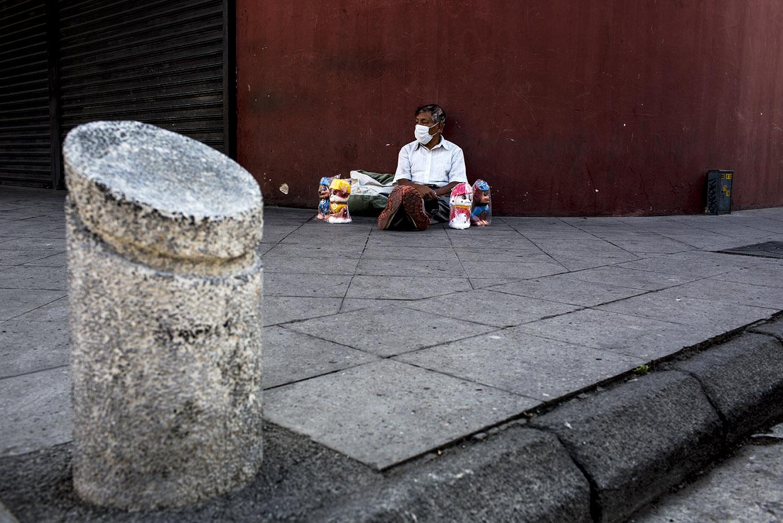Don Pedro Ajanel, originario de Totonicapán, sienta al suelo rodeado de las alcancías que suele vender para alimentar a su familia a 20 quetzales cada una. El jueves 19 logró vender solamente una. Simone Dalmasso