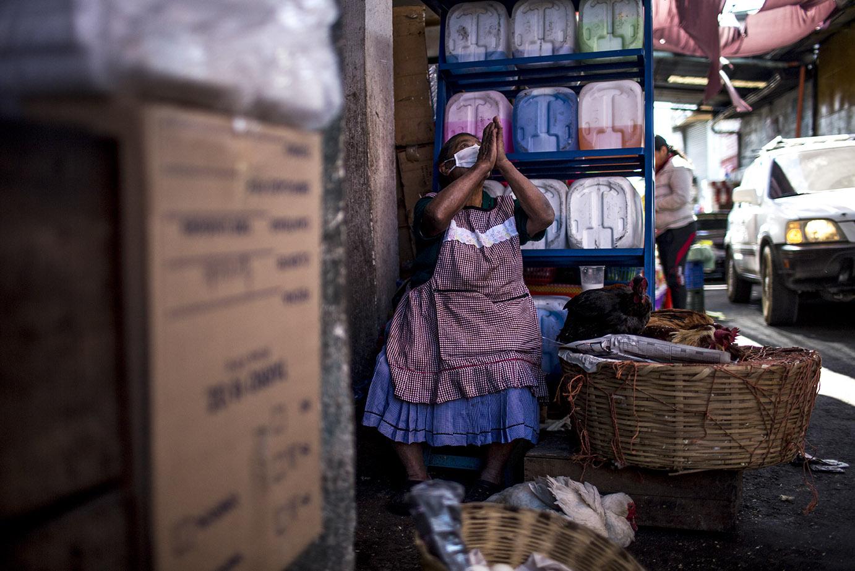 Doña Simona Chamalej, 75, se recomienda a Dios. Lleva 60 años de ir al mercado de la Terminal a vender pollos, todos los días. Su difunto esposo era pastor evangélico. Sostiene que el Coronavirus sea una potente señal de Dios  hacia la humanidad. Simone Dalmasso