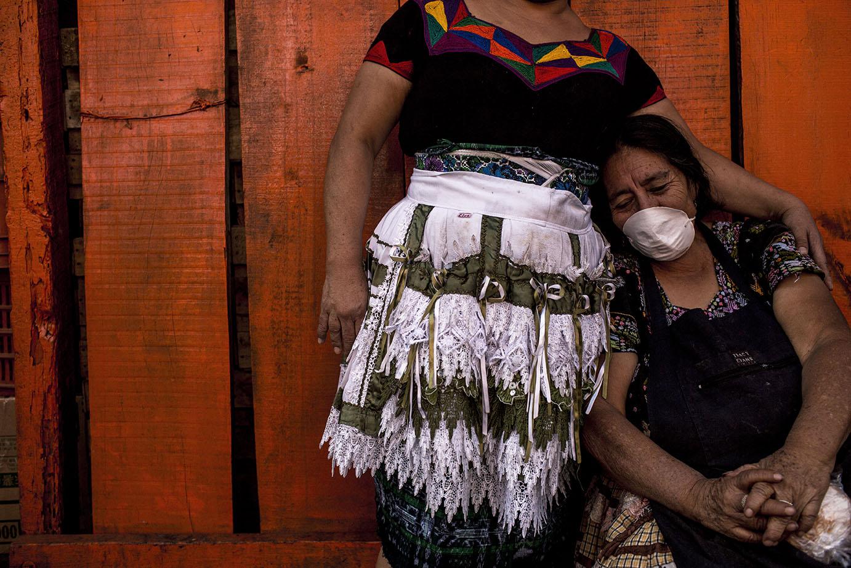 Juana Cuma, 66, descansa a media mañana, en el mercado de la Terminal. Originaria de Santa María de Jesús, Antigua, vende mangos y llega a su puesto de venta todos los días a las 02:00 de la madrugada. Simone Dalmasso