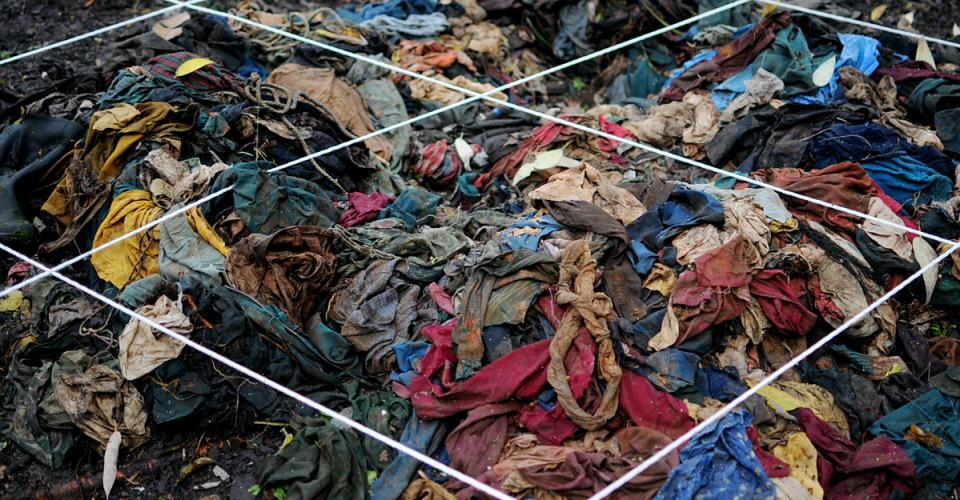 Una pila de ropa vieja fue encontrada entre los árboles de Creompaz.