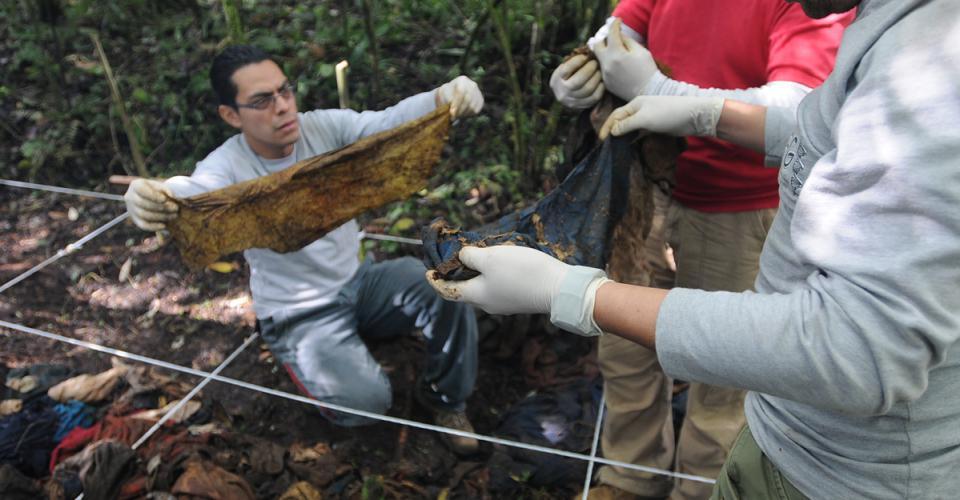 Los arqueólogos encontraron huesos de seres humanos entre la ropa.
