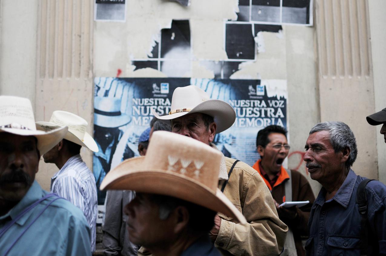 Ex patrulleros esperan frente al congreso a que termine una reunión con diputados.