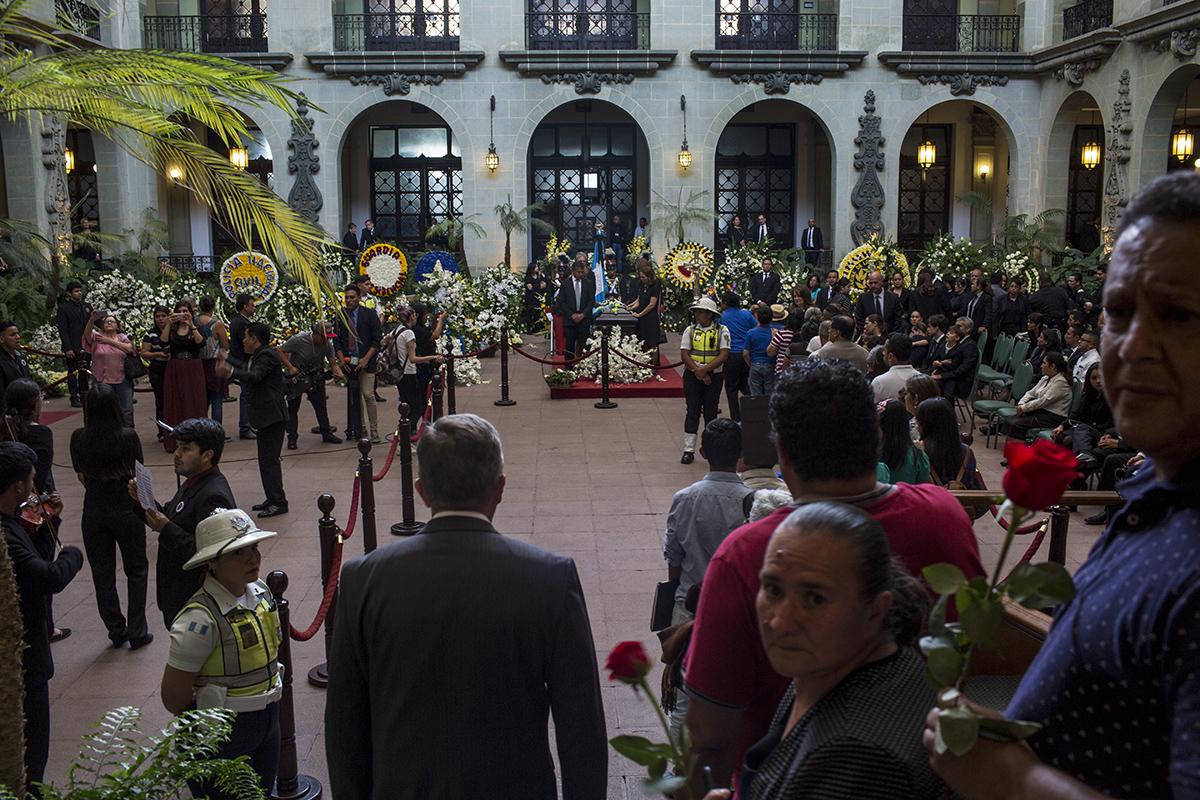 El patio de la Rosa de la Paz, en el Palacio Nacional, fue el escenario para que miles de ciudadanos dieran el último saludo al ex Presidente de la República