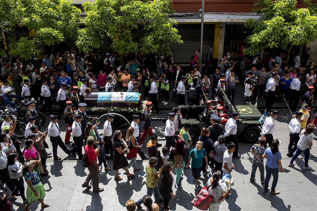 El jeep verde oscuro de la Segunda Guerra Mundial en su recorrido por la sexta avenida de la zona 1.