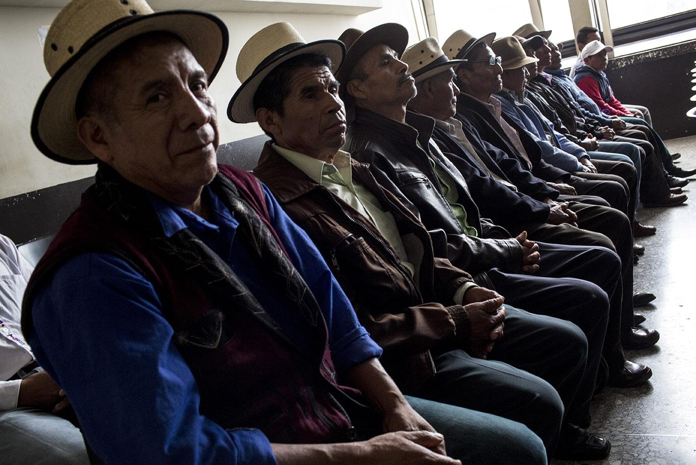 En el aula del Tribunal de Mayor Riesgo B, hombres ixiles ya esperan, sentados, el comienzo de la sesión/Simone Dalmasso