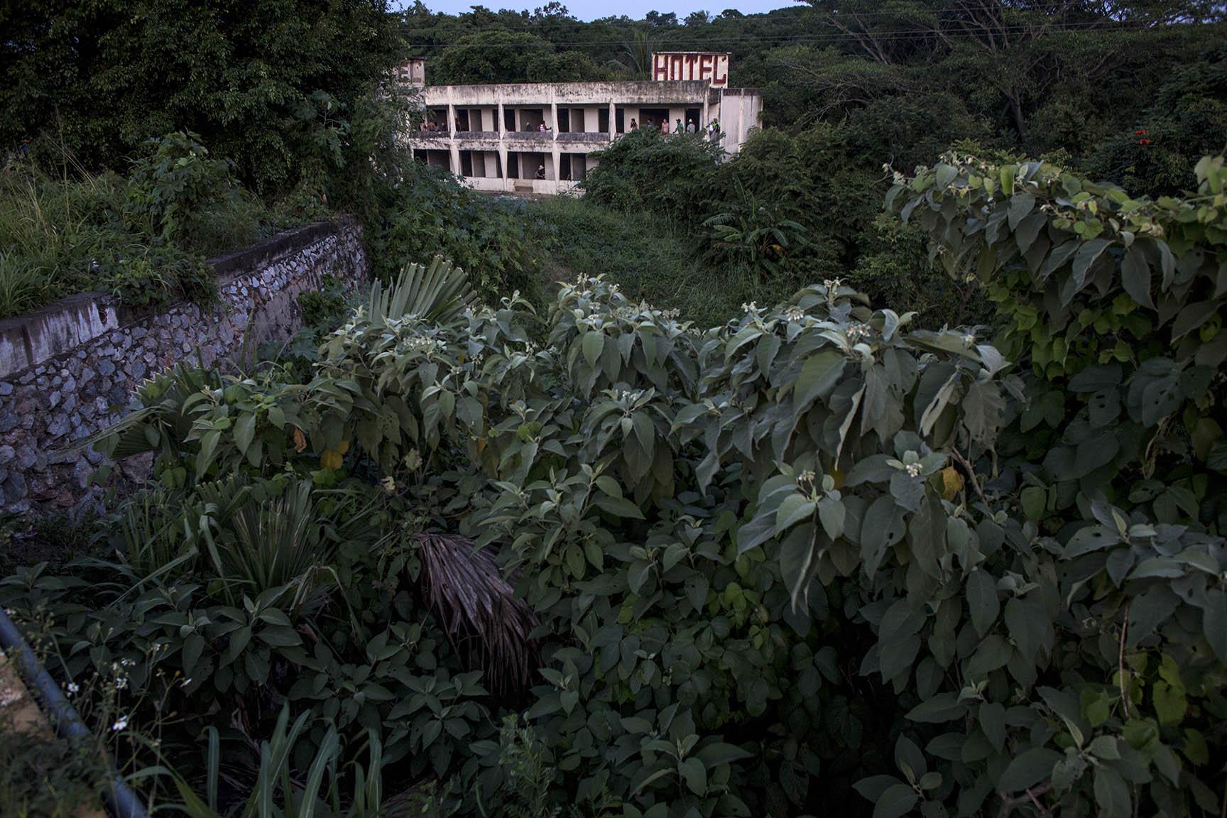 El Hotel Real del Istmo, estructura abandonada donde cientos de migrantes encontraron refugio en Matías Romero / Simone Dalmasso