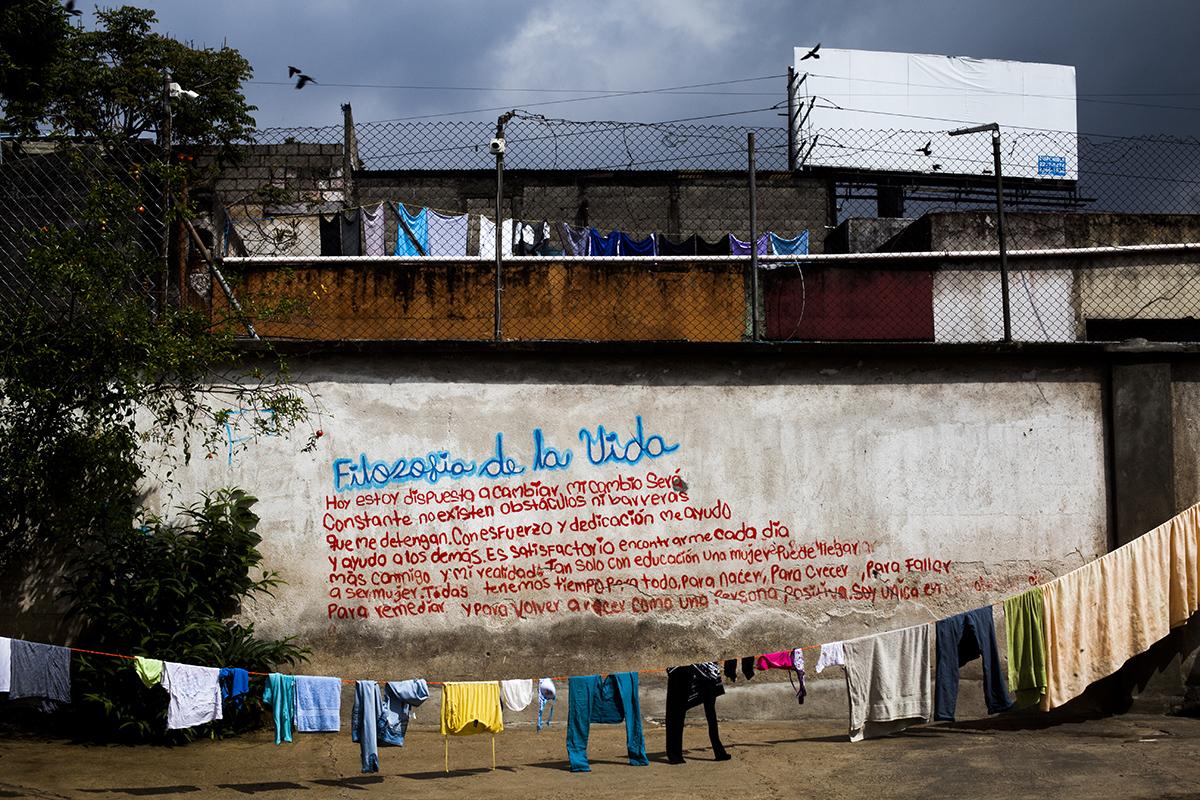 El mural frente a la entrada de la casa hogar. Las letras componen la oración declamada por las huéspedes todas las mañanas.