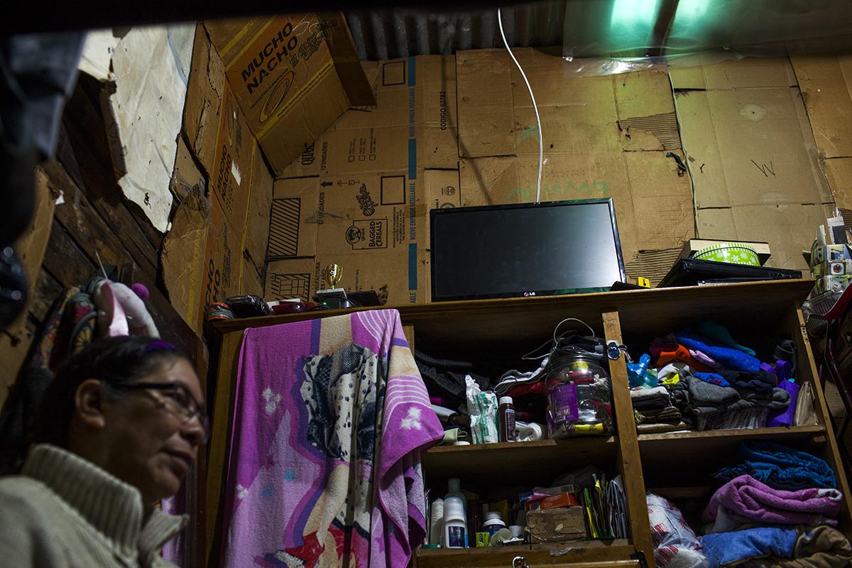 La pared del cuarto donde vive Zaily Janeth Mejilla, 43, junto con dos de sus tres hijos. Madre soltera, lleva 25 años de trabajar en la maquila como operaria.