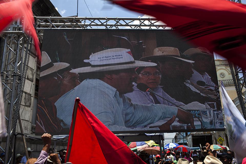 Los manifestantes aplauden el discurso de Daniel Pascual