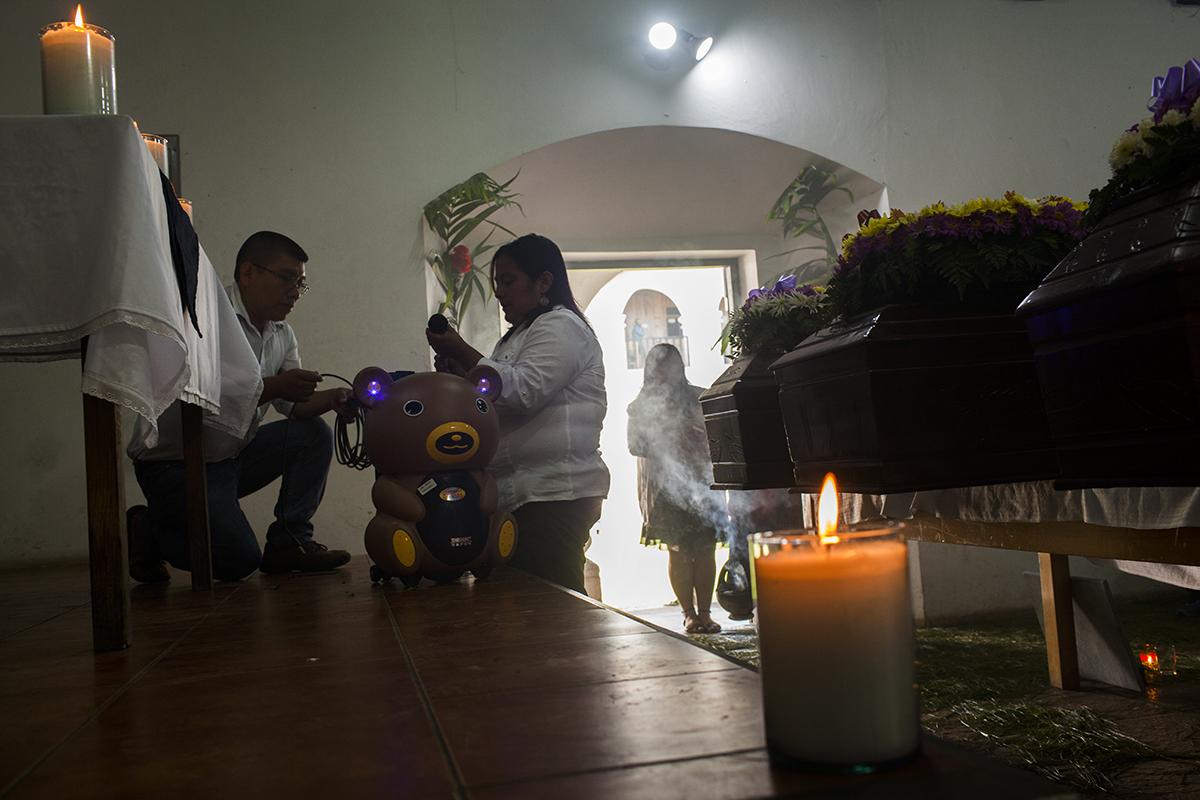 Preparativos para la bendición de los restos de las víctimas en la sala de la pastoral de Cobán