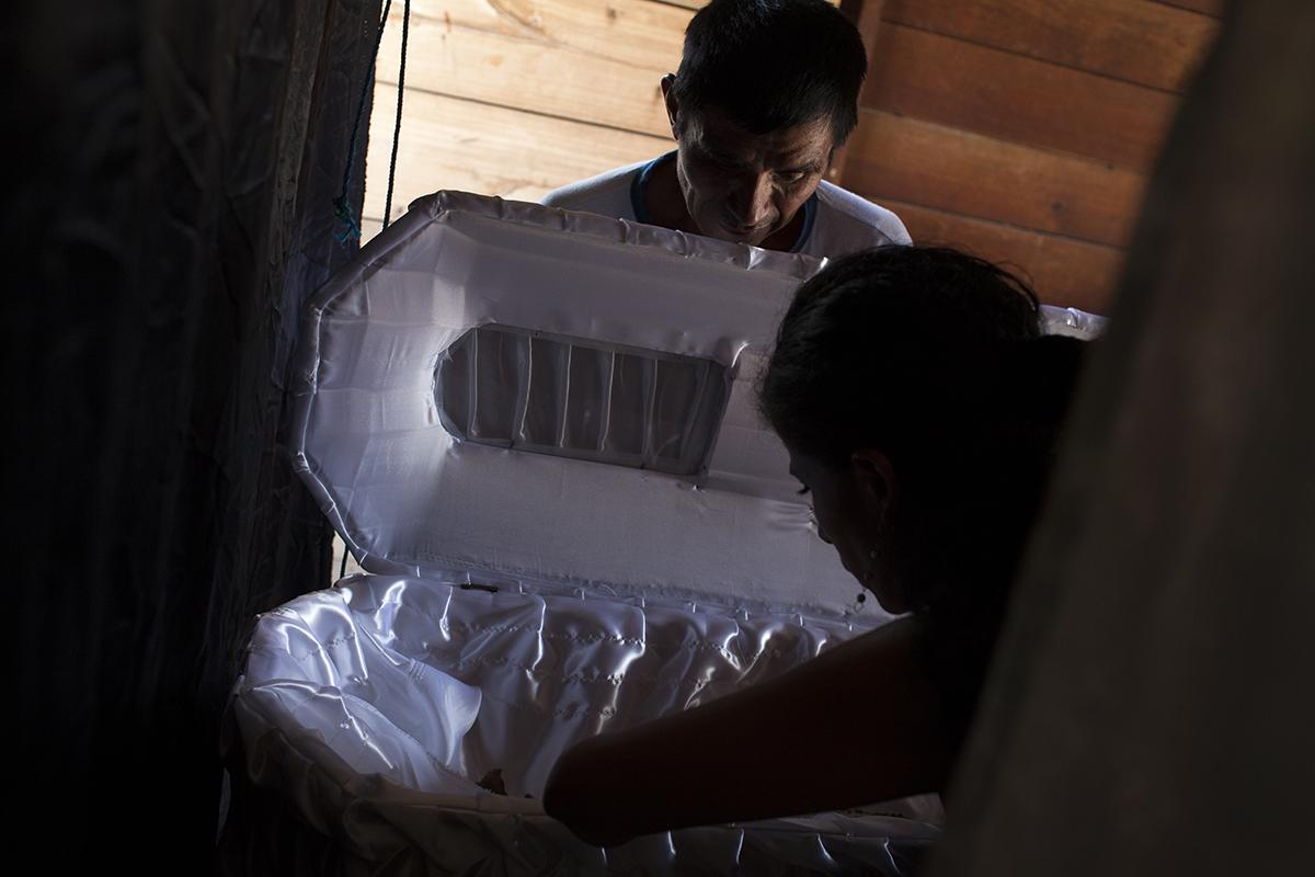 Fabián Chen Ivoy, hermano de Marta Elena, observa el trabajo de la antropóloga forense
