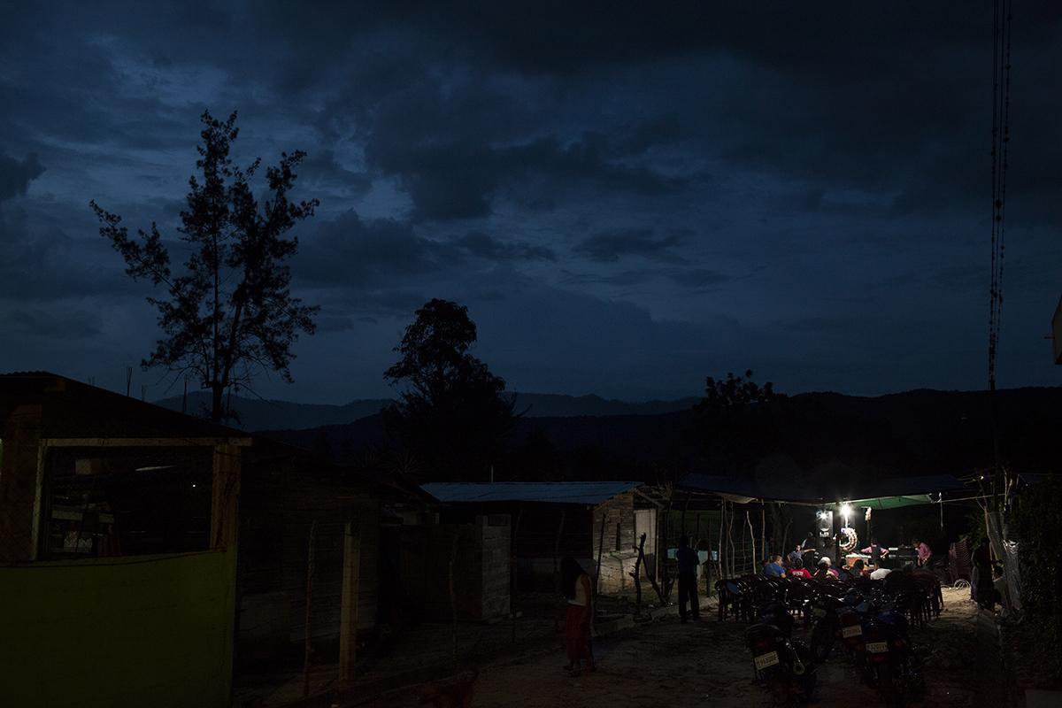Al anochecer, en la calle frente a la casa, todo está listo para el culto evangélico que acompañará el velorio hasta la medianoche