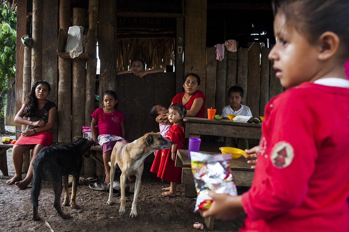 Yolanda Ramírez, de 29 años, sus siete hijos y dos perros.