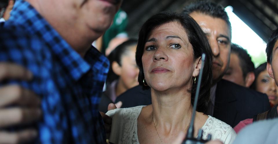 La ministra de educación, Cynthia del Águila, fue retenida por los normalistas, quienes le pedían dialogar sobre la reforma educativa.