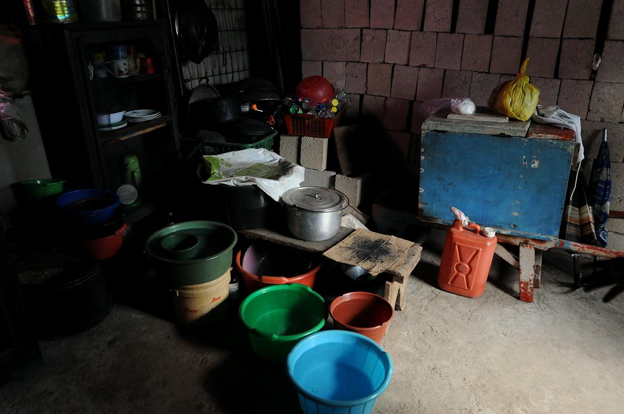 El agua es escasa en el nuevo domicilio que alquila la familia Maldonado por 400 quetzales. La pagan con una pensión de 600.