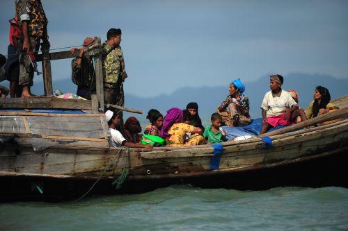 Guardias fronterizos en Bangladesh le niegan entrada a refugiados rohingya.   Crédito: Anurup Titu/IPS