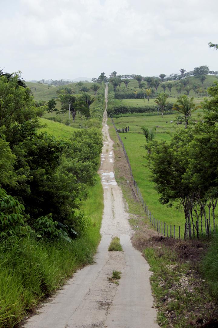 El camino vecinal entre la aldea Bolojshosh y El Naranjal, cerca de la frontera con Alta Verapaz.