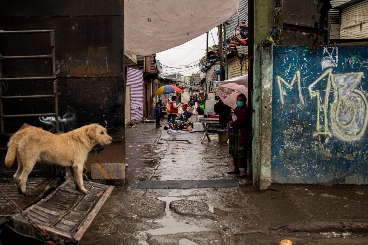 - Desde el inicio de la cuarentena por COVID19, Diega Hernández, 55, forma parte de uno de los grupos que hacen turnos en la entrada a la Colonia Anexo Manuel Colom Argueta con elementos para evitar contagios entre los vecinos.