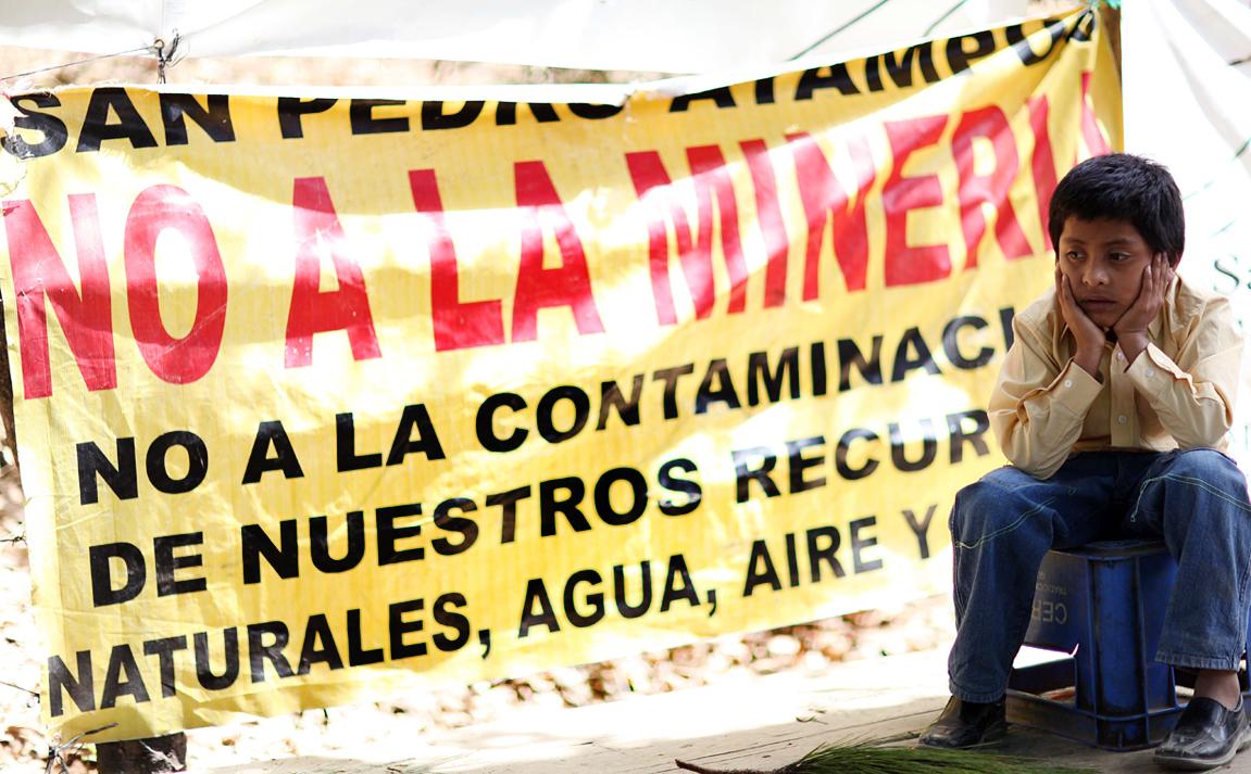 Un niño acompaña la manifestación de San José del Golfo y San Pedro Ayampuc contra el proyecto minero conocido como La Puya, en 2013.