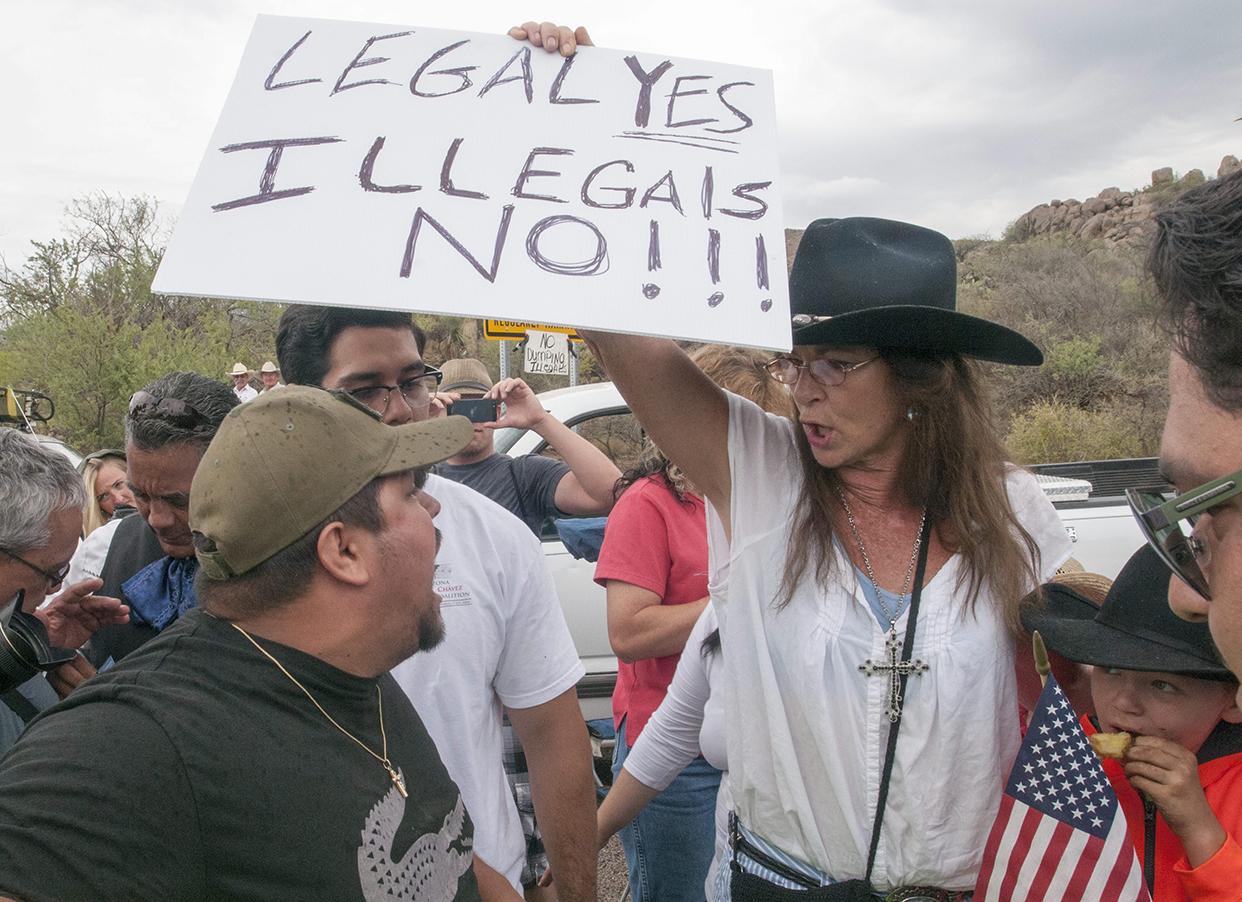 Integrantes de organizaciones en contra de la inmigración ilegal discuten con manifestantes pro inmigrantes en Oracle (Arizona). Los manifestantes en contra de la inmigración ilegal buscan evitar la llegada a la ciudad de menores indocumentados, atemorizados por su presunto historial criminal y su relación con las pandillas. Foto de EFE